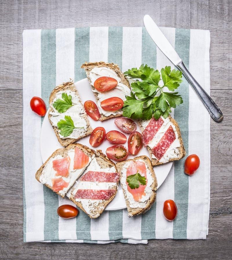 Saumons, plan rapproché, nappe, végétarien, repas, vert, bagel, blanc, vue, rouge, régime, casse-croûte, brunch, concept, saumon  photo libre de droits