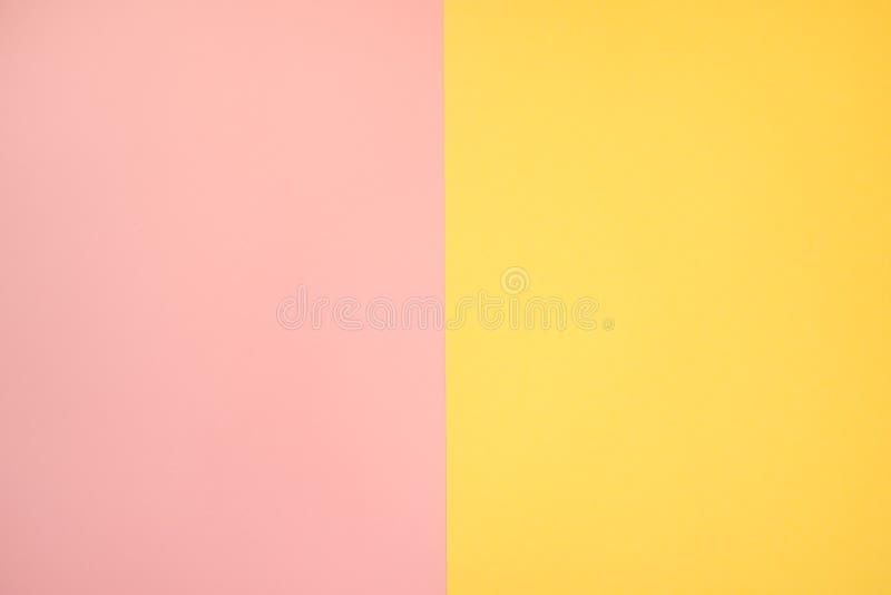 Saumons roses et papier jaune de couleur, fond abstrait photo stock