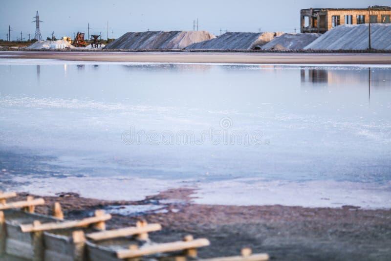 Saumure et sel d'un lac rose, colorés par la saline de Dunaliella de micro-algues, célèbre pour ses propriétés antioxydantes, enr photo libre de droits