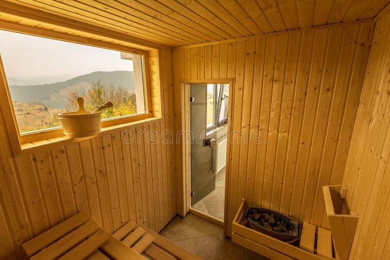 Sauna de madera con los asientos Interior de los accesorios del balneario de la sauna imágenes de archivo libres de regalías
