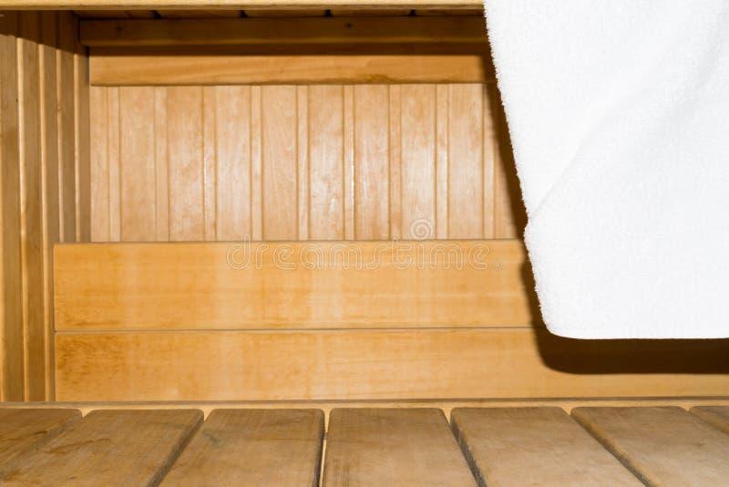 Sauna de madera tradicional para la relajación con la toalla limpia fotografía de archivo