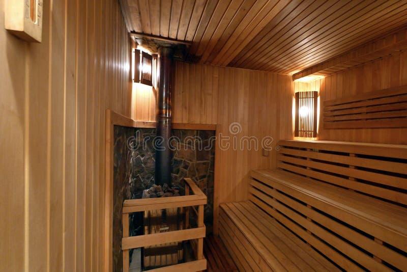 Sauna finlandesa con tres bancos de madera Gran lugar para la relajación foto de archivo libre de regalías