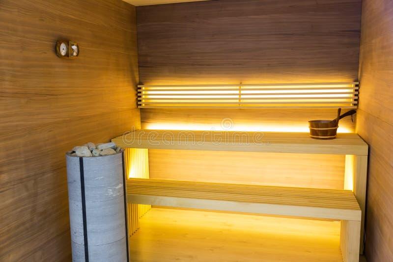 Sauna, interior de madera, banco y piedras, nadie imagenes de archivo