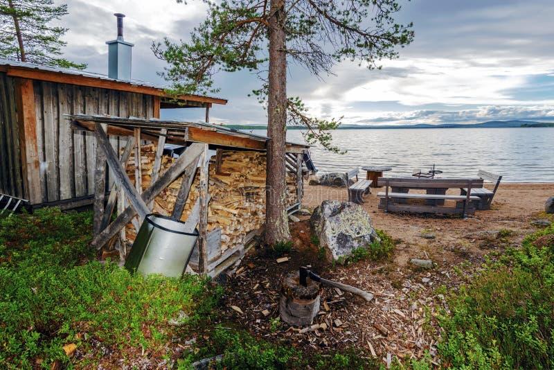 Sauna w granicie Sandsjon jezioro w Szwedzkim Lapland Miejsce rżnięte bele z ax jest przy przedpolem Vasterbotten okręg administr zdjęcia royalty free