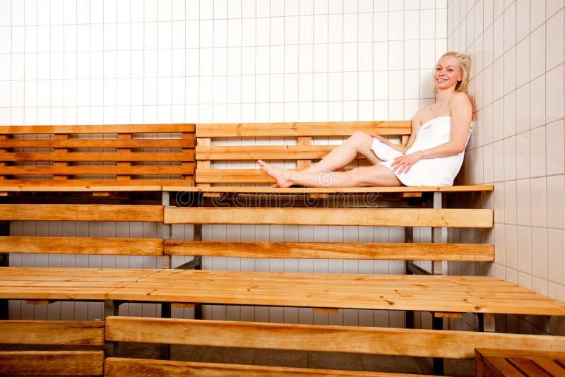 sauna zrelaksowana kobieta obrazy royalty free