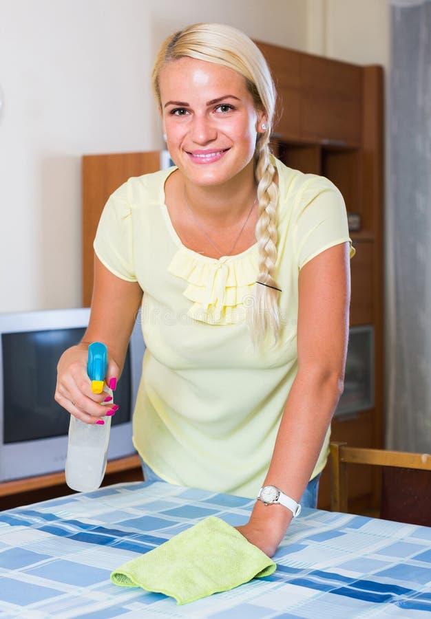 Saupoudrage blond de fille dans la chambre et le sourire photographie stock