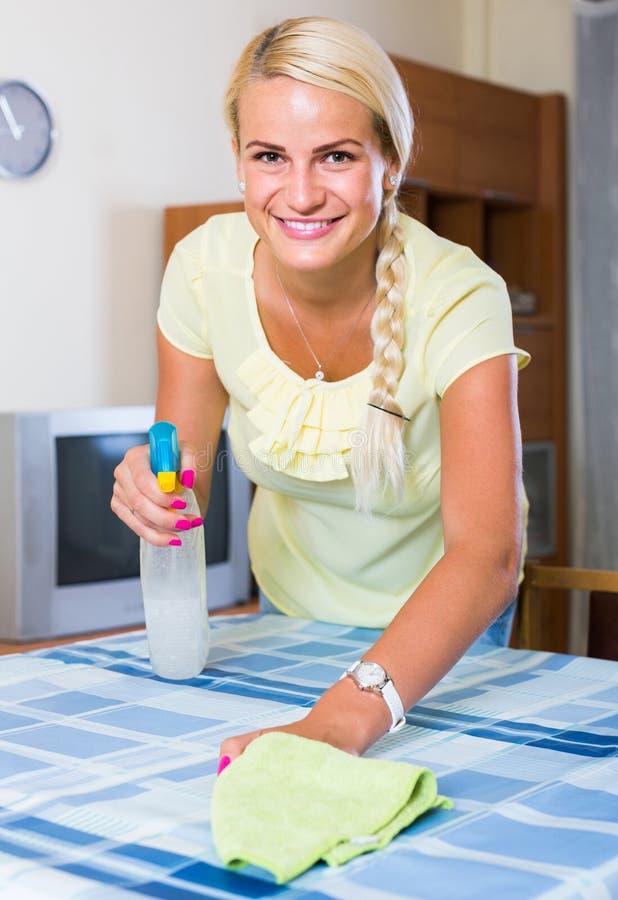 Saupoudrage blond de fille dans la chambre et le sourire photo libre de droits