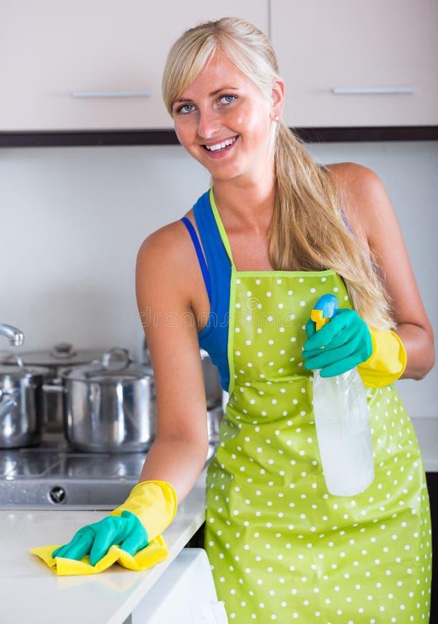 Saupoudrage de Blondie dans la cuisine résidentielle photographie stock libre de droits
