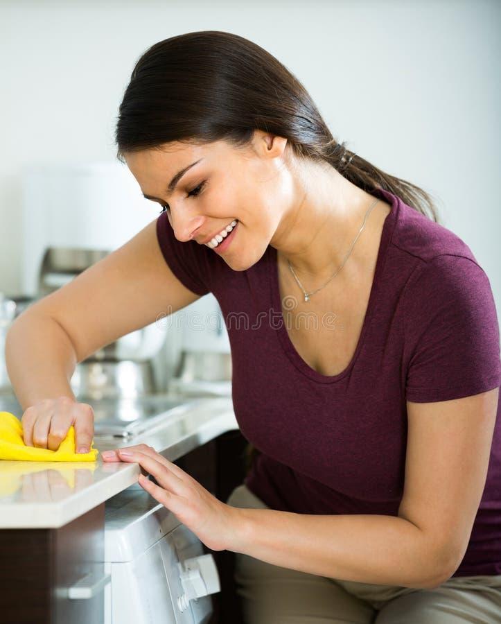 Saupoudrage de brune dans la cuisine image libre de droits