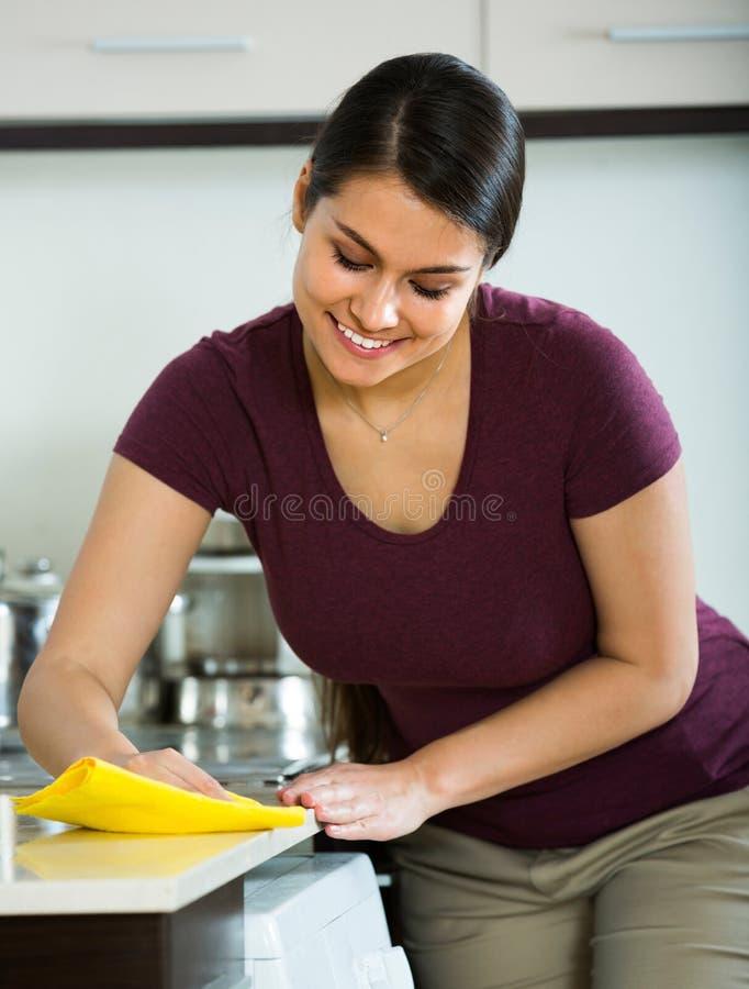 Saupoudrage de brune dans la cuisine photos stock