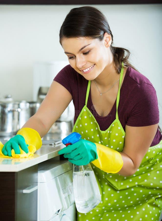 Saupoudrage de brune dans la cuisine image stock