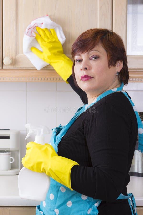 Saupoudrage de femme de Moyen Âge dans la cuisine photo libre de droits
