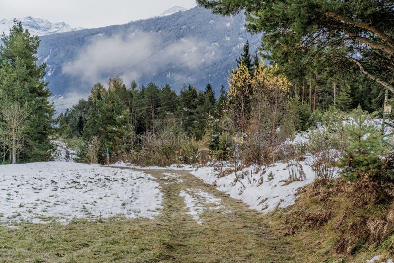 Saupoudrage de neige légère dans un paysage de montagne photographie stock libre de droits