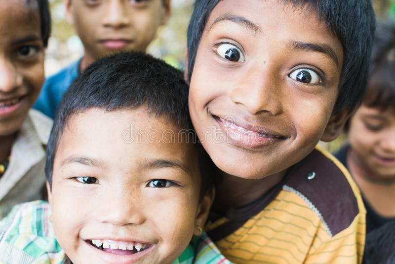 SAURAHA,尼泊尔- 2015年4月:调查照相机的尼泊尔男孩画象在Chitwan国立公园 免版税库存图片