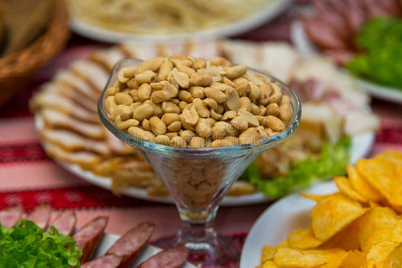 Saure Nüsse, Snack zum Bier auf dem Tisch stockfoto
