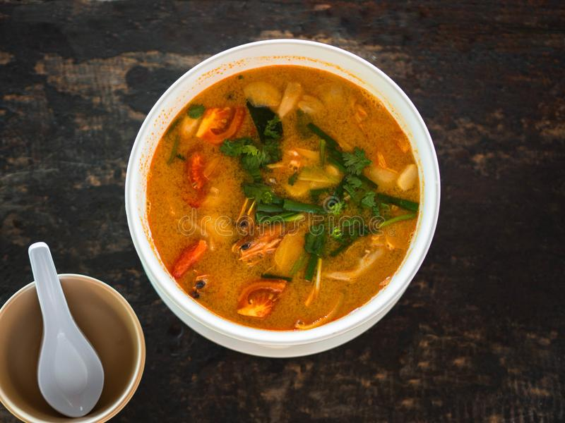 Saure und würzige Tom Yum Goong-Suppe auf einer Tabelle in einem Restaurant Siamesische traditionelle Nahrung Authentische tradit stockfotos