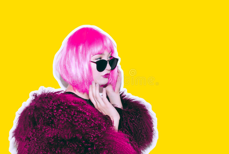 Saures verrücktes heißes schönes Felsen Mädchen in der hellen rosa Perücke und Sonnenbrille im Lama überzieht Pelz-Wintermantel d lizenzfreie stockfotografie