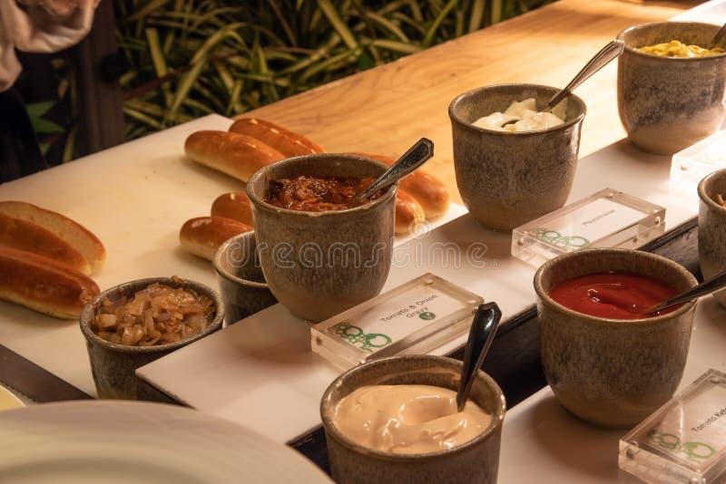 Sausenselectie tijdens de internationale opstelling van het keukendiner in openlucht bij het eilandrestaurant stock afbeelding