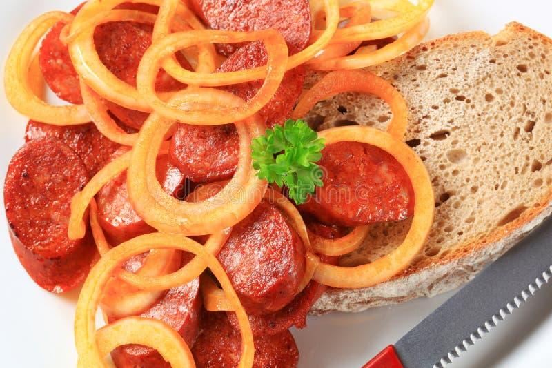 Sauté épicé de saucisse avec du pain images libres de droits