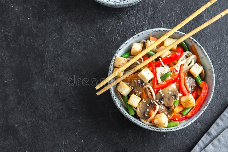 Sauté avec les nouilles, le tofu et les légumes photographie stock libre de droits