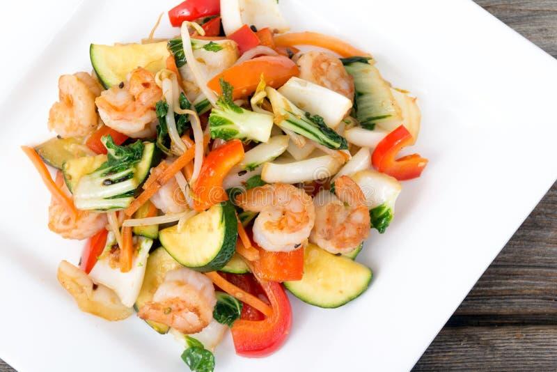 Sauté de crevette avec le dîner de légumes image stock