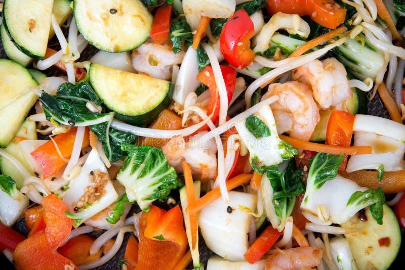 Sauté de crevette avec le plan rapproché de légumes photo libre de droits