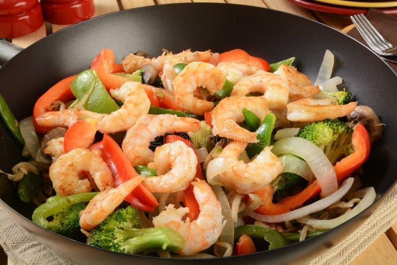 Sauté de crevette dans un wok image libre de droits