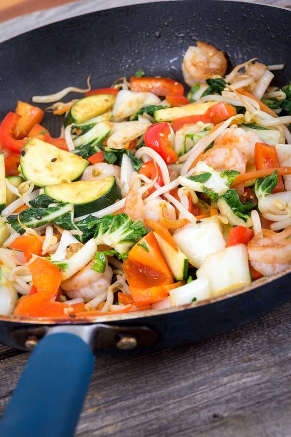 Sauté de crevette dans une casserole avec des légumes photos libres de droits