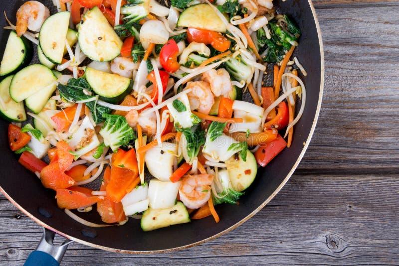 Sauté de crevette dans une casserole avec des légumes photos stock