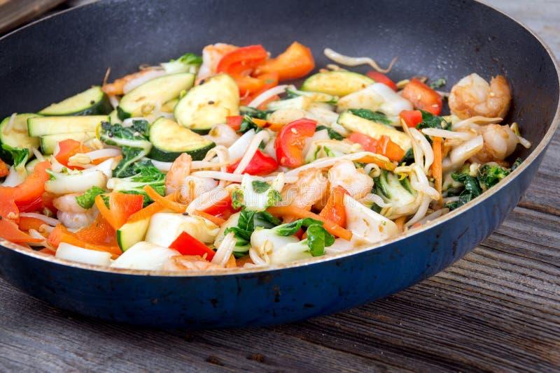 Sauté de crevette dans une casserole avec des légumes photographie stock