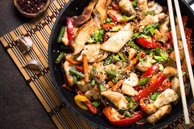 Sauté de poulet avec des légumes photo libre de droits
