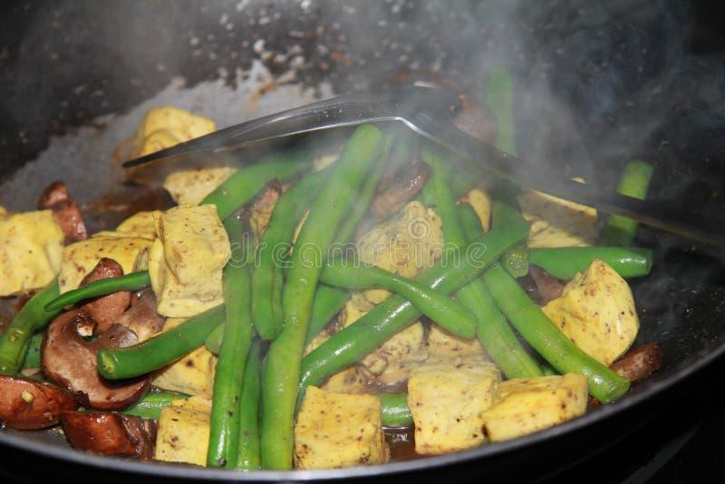 Sauté de tofu de nourriture avec le haricot vert et le champignon photographie stock libre de droits