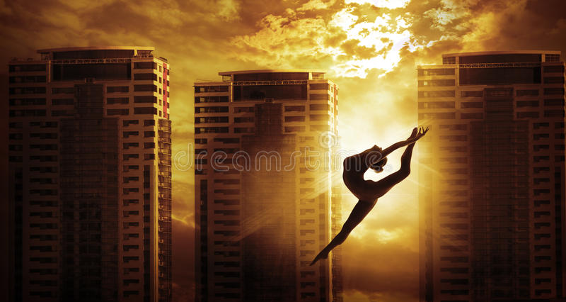 Saut ayant beaucoup d'étages de danse de femme de sport de bâtiment, danseur Silhouette photographie stock