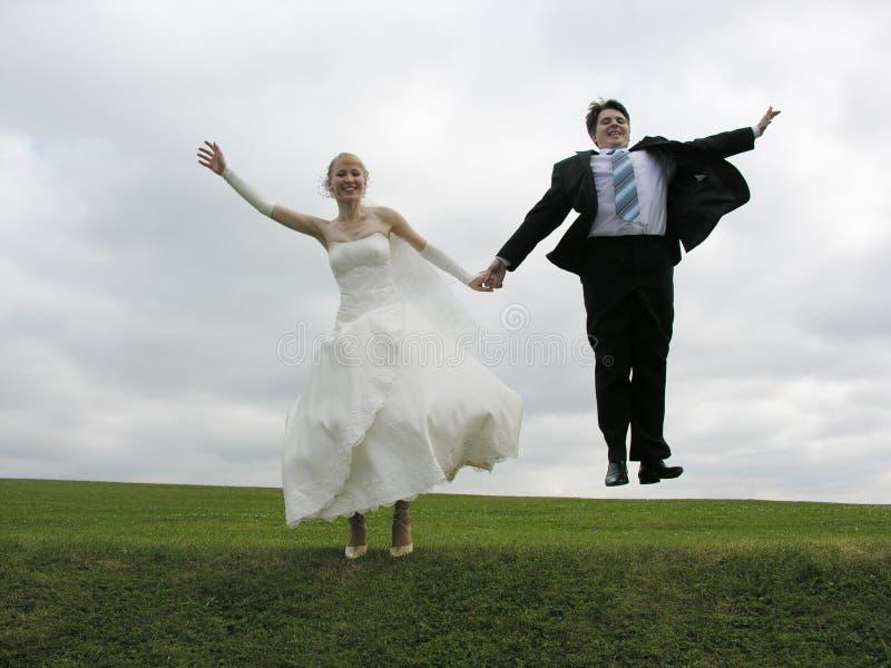 Saut de mariée et de marié photo stock
