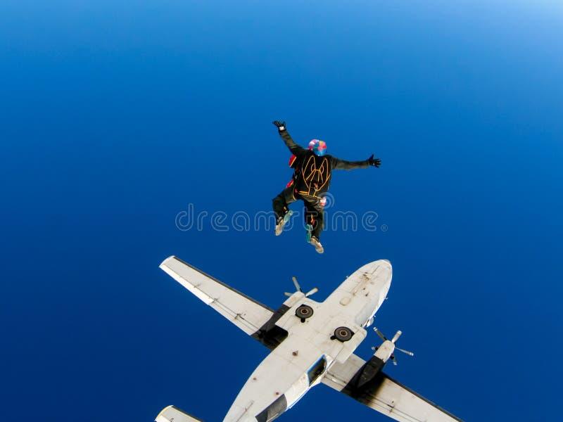 Saut de parachute d'un avion en tandem avec un instructeur images stock