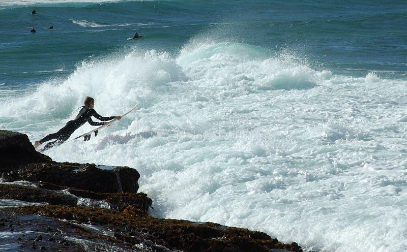 Saut de vague déferlante image stock