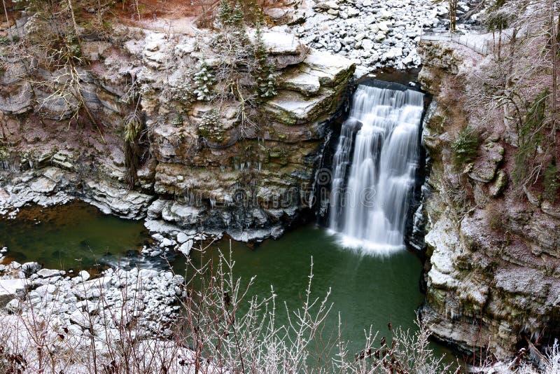 Saut du doubs i vinter, naturlig plats av Franche-Comté, Frankrike royaltyfri fotografi