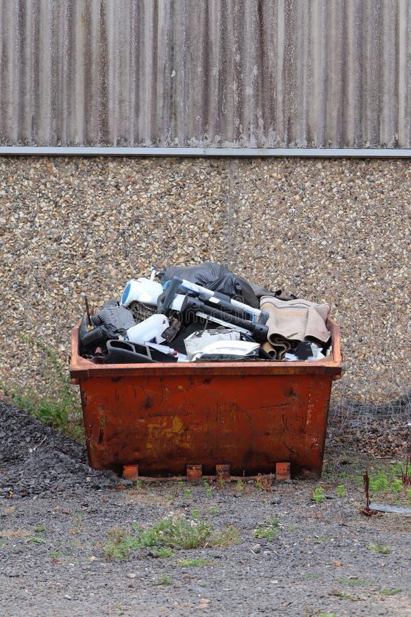 Saut en métal pour les déchets et l'ordure diy images libres de droits