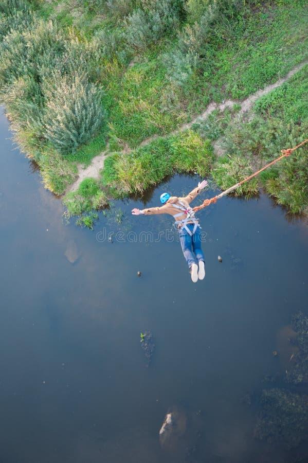 Saut extr?me du pont L'homme saute ?tonnant rapidement dans le saut ? l'?lastique au parc de ciel explore l'amusement extr?me Bun images stock