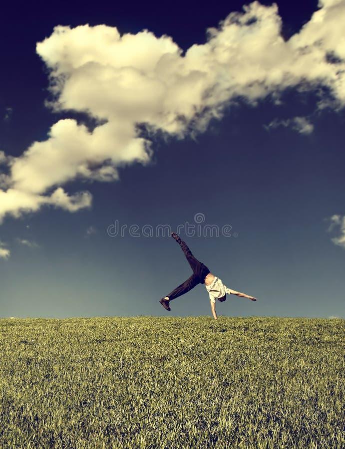 Download Saut Périlleux Dans Le Domaine Image stock - Image du garçon, acrobatique: 56484399