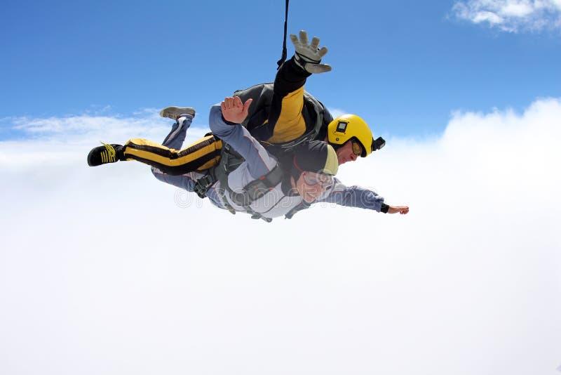 Saut tandem Parachutisme dans le ciel bleu photographie stock