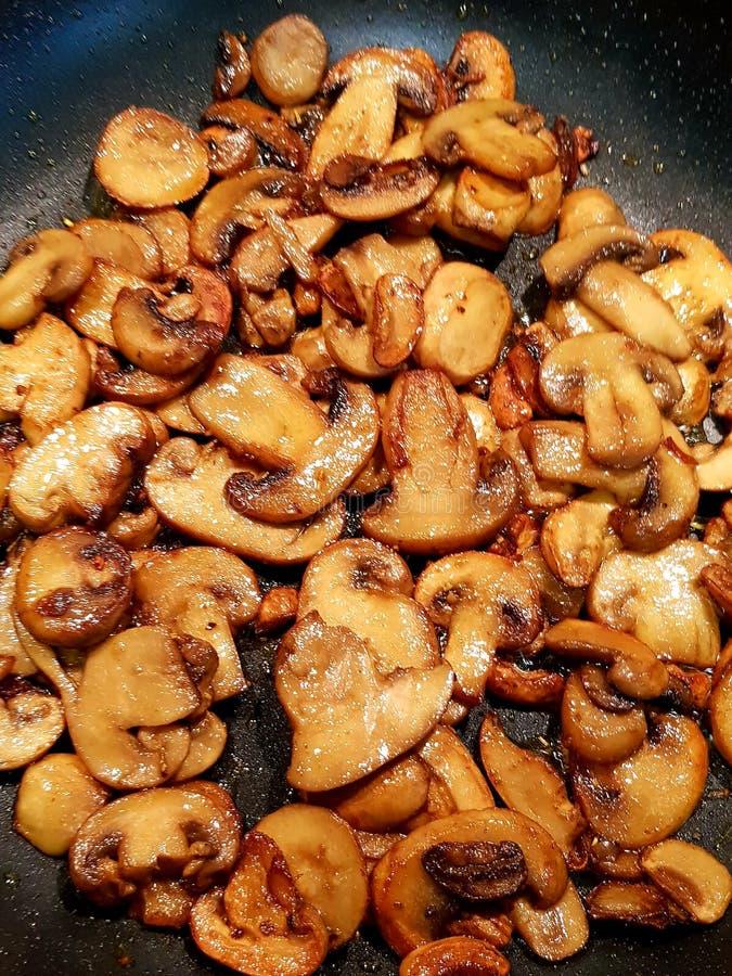 Sauteed отрезанные грибы стоковые фото