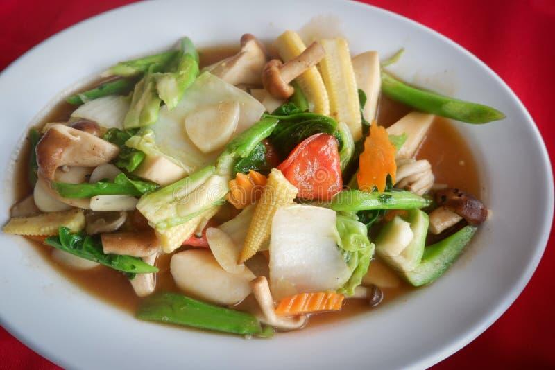 Sauteed blandade grönsaker i ostronsås arkivbild