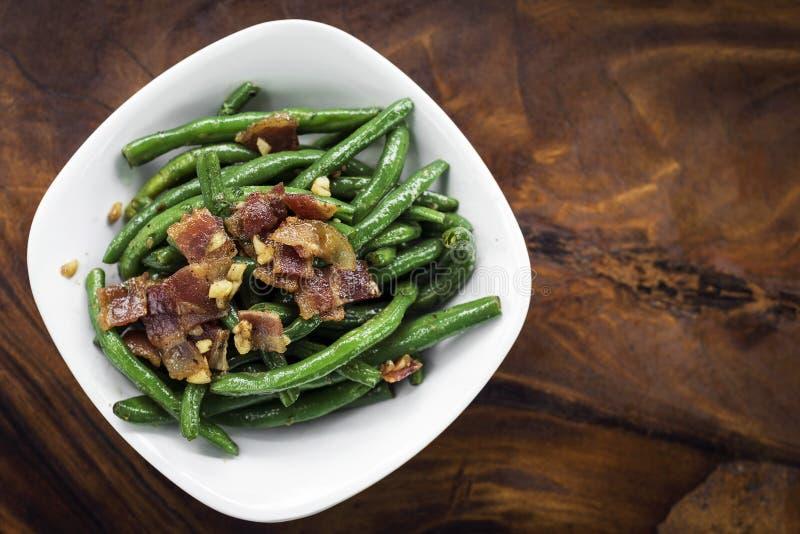 Sauteed haricot vert för vitlöksmör med bacon royaltyfri foto