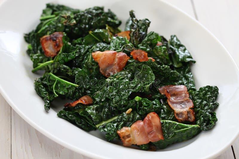 Sauteed zwart boerenkool en bacon stock afbeeldingen