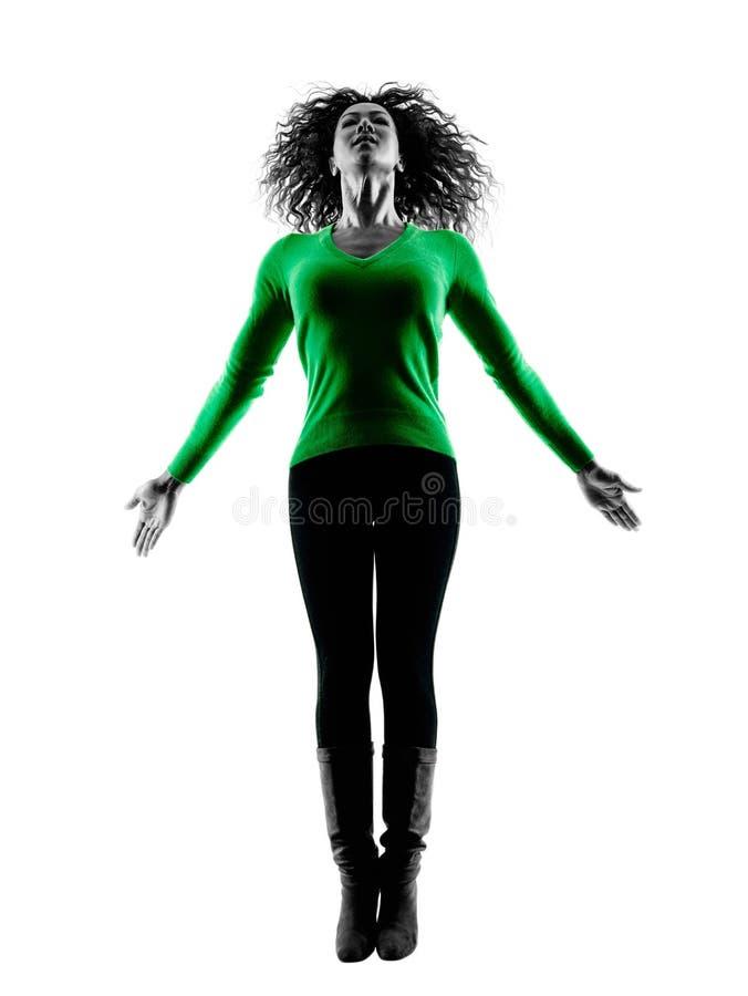 Sauter d'isolement par silhouette de femme heureux photographie stock libre de droits