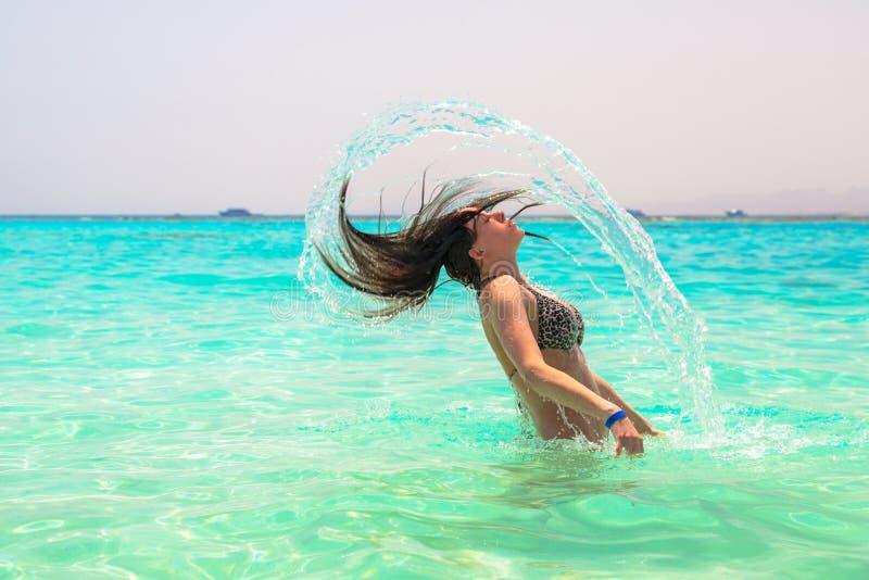 Sauter de femme de l'eau de mer de turquoise photographie stock