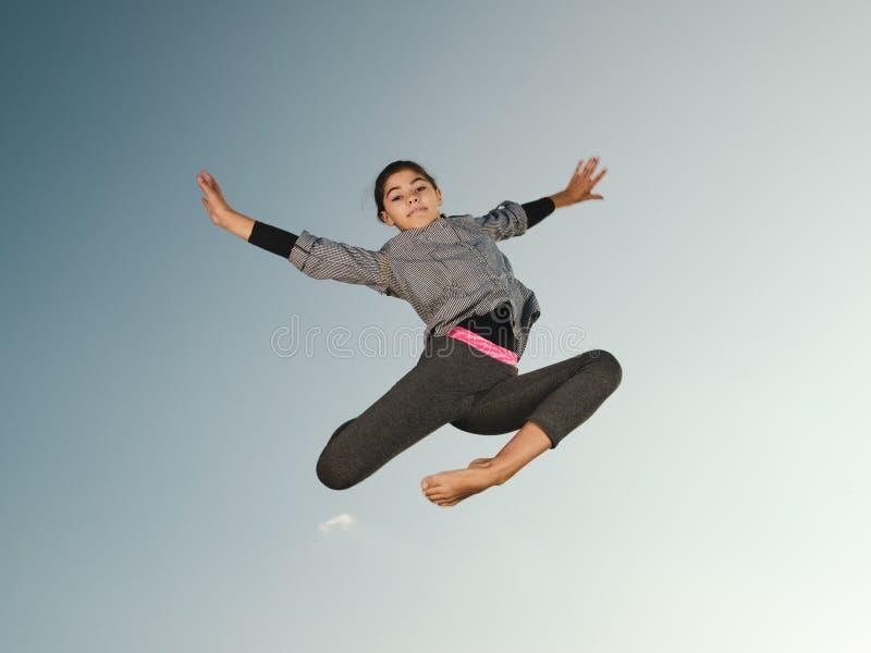 Sauter de fille de gymnaste images libres de droits