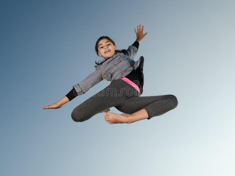 Sauter de fille de gymnaste photos libres de droits