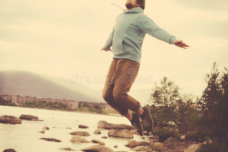 Sauter de lévitation de vol de jeune homme extérieur détendent le mode de vie images stock